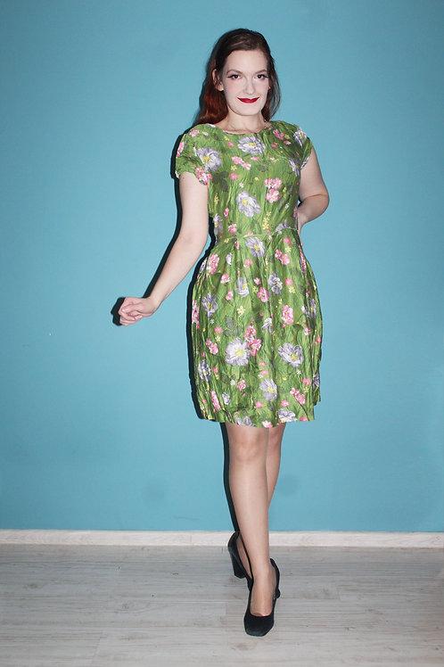 Lata pięćdziesiąte - wiskozowa sukienka w tropikalne kwiaty na tle zieleni