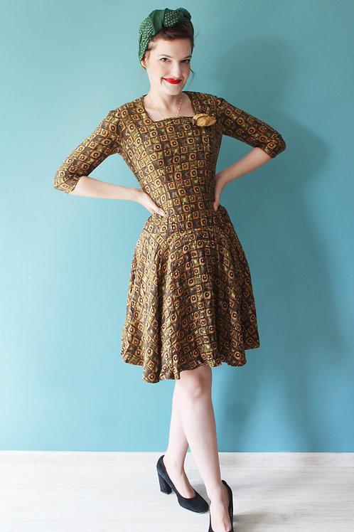 Lata sześćdziesiąte - jedwabna wzorzysta sukienka z różyczką