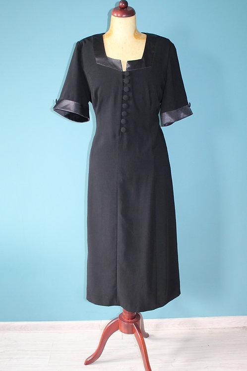 Jak lata czterdzieste - czarna sukienka z guziczkami przy dekolcie
