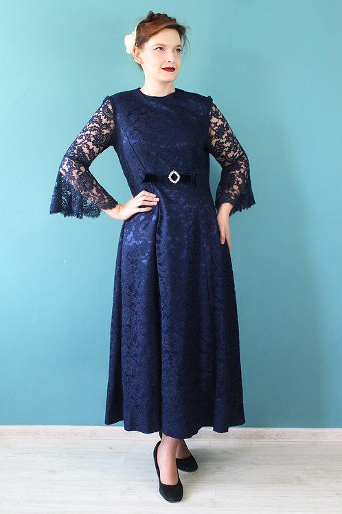Lata sześcdziesiąte -suknia wieczorowa z dzwonowatymi rękawami