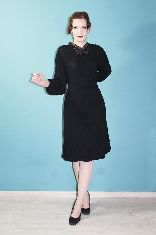 Lata trzydzieste - PLUS SIZE wiskozowa sukienka z koronką i guzikami