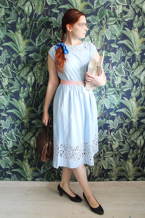 Lata pięćdziesiąte - błękitna bawełniana sukienka z gipiurowymi aplikacjami