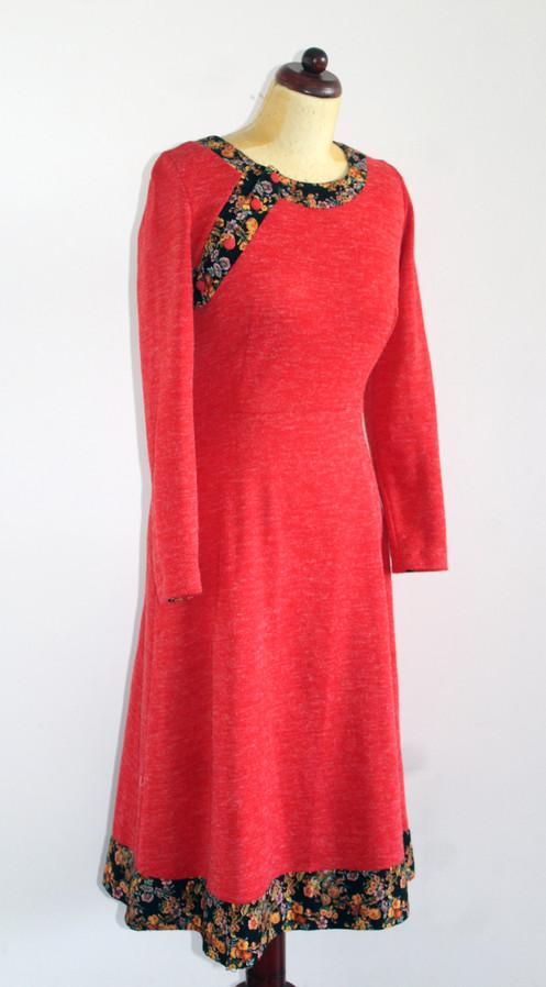 f4f401ad79bf5e Wspaniała sukienka z lat siedemdziesiątych wyprodukowana w Wielkiej  Brytanii przez butik Sally Kay. Całość czerwona, z mankietami i panelem  przy dekolcie ...