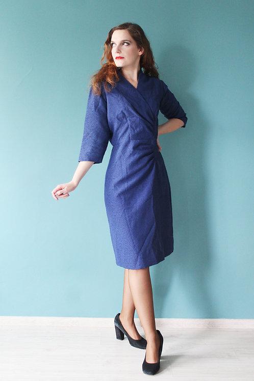 Lata pięćdziesiąte - ołówkowa sukienka z kopertowym dekoltem żakard błękitna