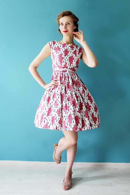 Lata pięćdziesiąte - rozkloszowana sukienka w różyczki