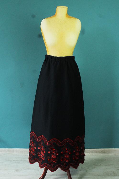 Lata siedemdziesiąte - spódnica maxi czarna z haftem folk