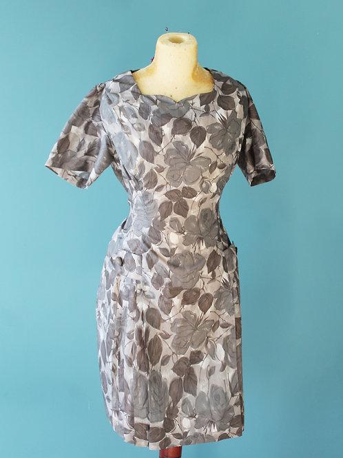 Lata pięćdziesiąte/sześćdziesiąte - szara sukienka w liście z guziczkami