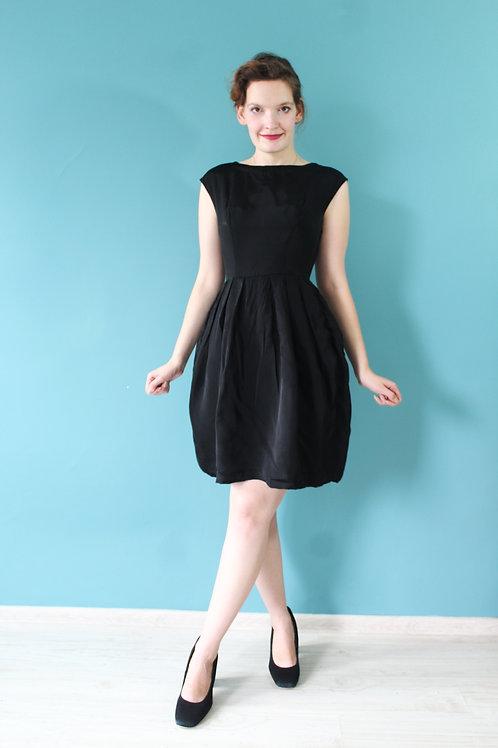 Lata pięćdziesiąte - czarna wizytowa lekko rozkloszowana sukienka wiskoza