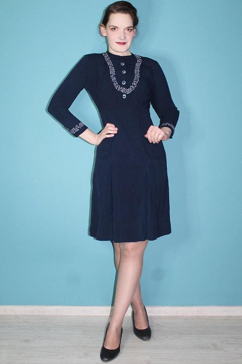 Lata trzydzieste - bawełniana dzienna sukienka haftowana granatowa midi