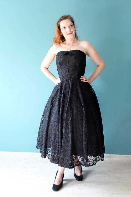 Lata siedemdziesiąte jak pięćdziesiąte - koronkowa czarna sukienka gotycka