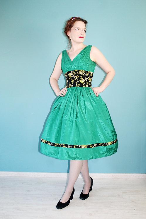Lata siedemdziesiąte jak pięćdziesiąte - zielona rozkloszowana sukienka