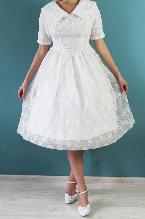Lata pięćdziesiąte - koronkowa, rozkloszowana suknia ślubna