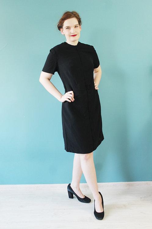 Lata sześćdziesiąte - czarna wiskozowa sukienka z klamerką