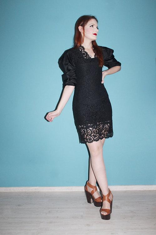 Czarna koronkowa sukienka z bufiastymi rękawami lata osiemdziesiąte
