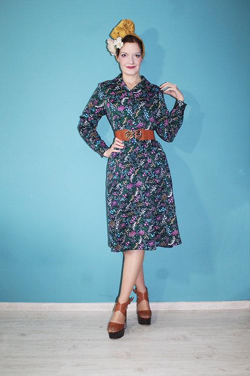 Lata siedemdziesiąte - kwiecista hipisowska sukienka zapinana na guziki