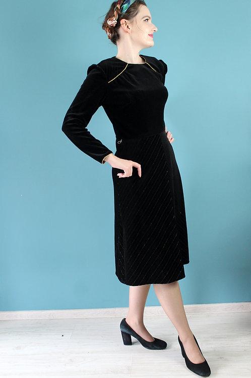 Lata siedemdziesiąte jak czterdzieste - czarna aksamitna sukienka złota nić