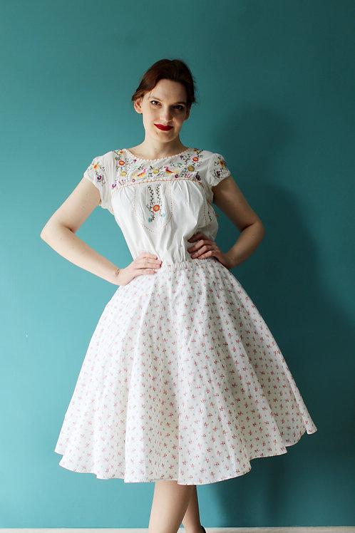 Jak lata pięćdziesiąte - rozkloszowana biała spódnica w różyczki 100% bawełna