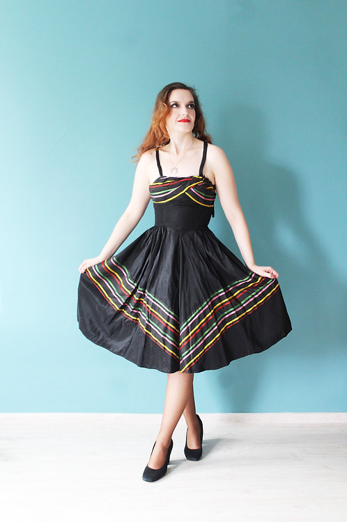Lata pięćdziesiąte - rozkloszowana sukienka paski na ramiączkach
