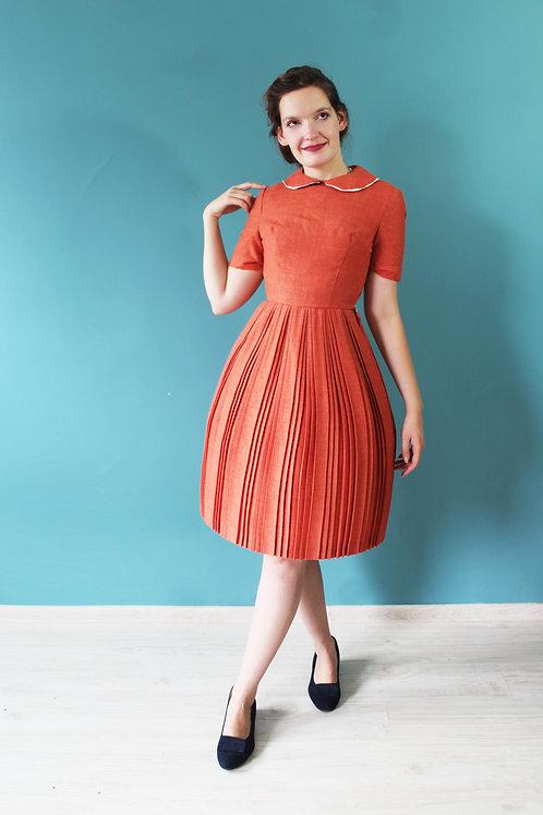 Lata pięćdziesiąte - lniana pomarańczowa sukienka plisowana z kołnierzem