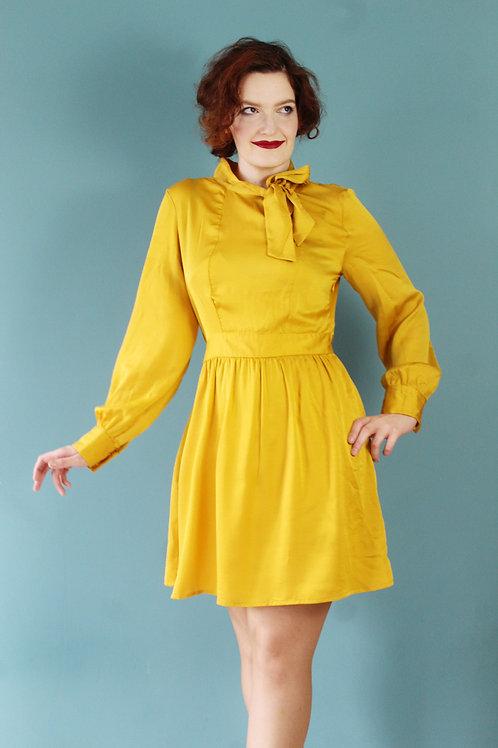 Modern retro jak lata siedemdziesiąte żółta sukienka z bishop sleeves