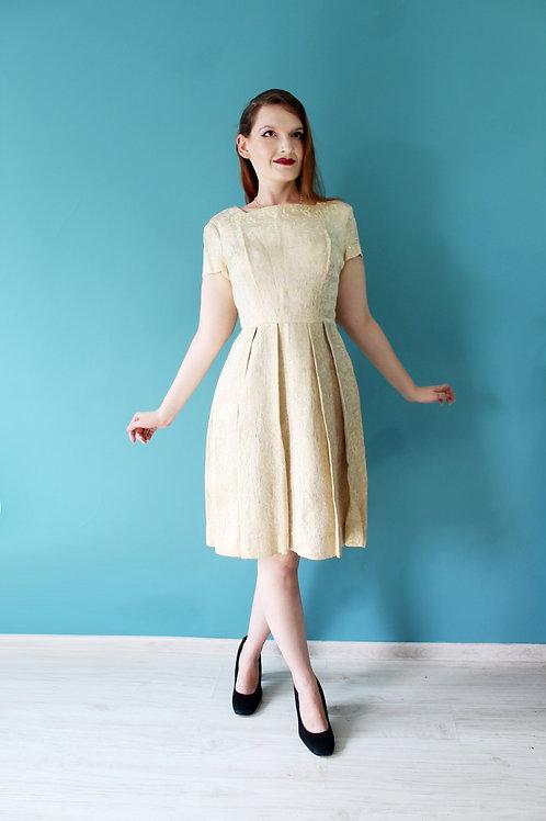 Lata pięćdziesiąte - złota żakardowa sukienka z krótkim rękawem.