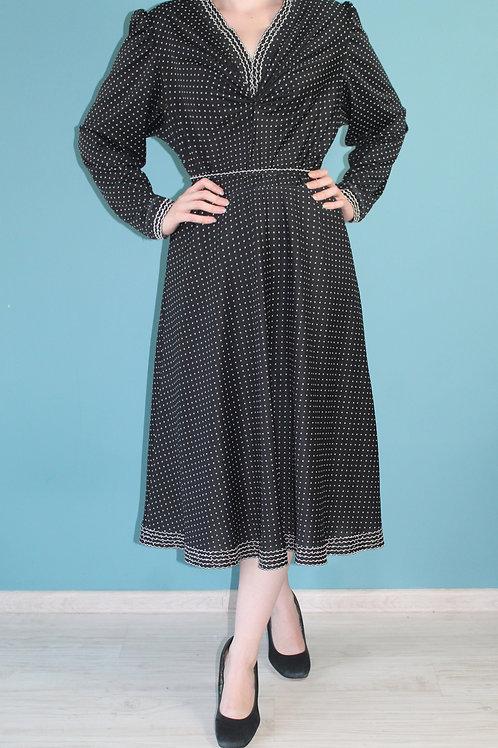 Lata siedemdziesiąte - sukienka czarna w groszki jak lata czterdzieste