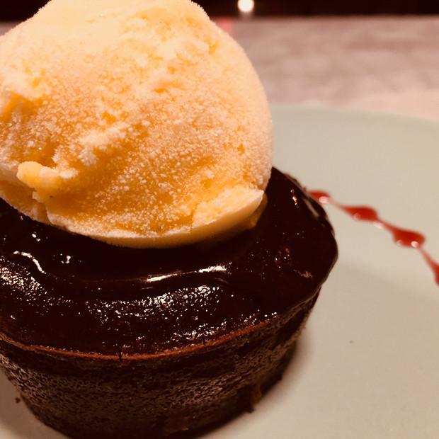 Coulant de xocolata amb gelat de mango