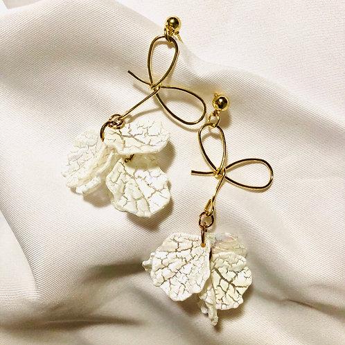 Brinco pétalas off white - Laço dourado