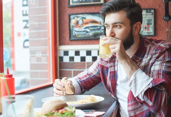 10 dicas para quem se alimenta fora de casa