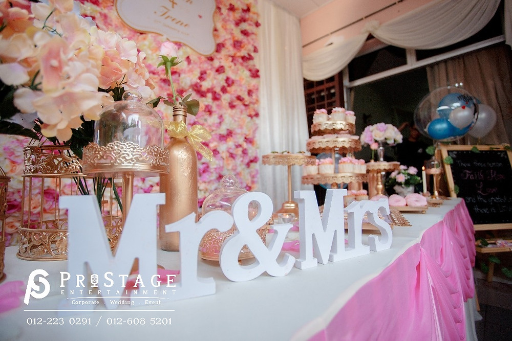 """""""Mr & Mrs """" sign on the candy bar"""