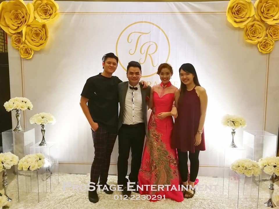 Smile~ Taking phto with groom and bride