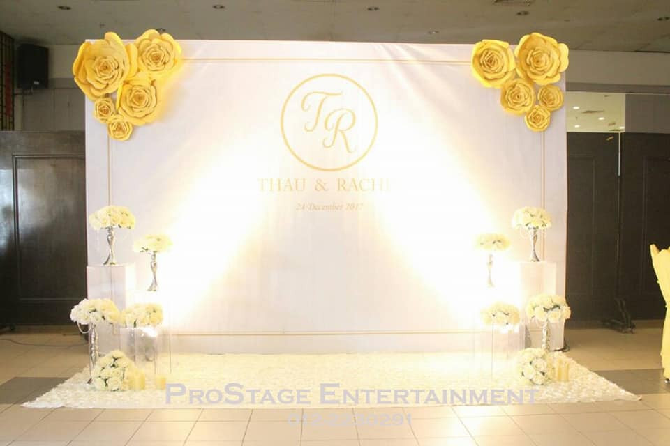 White wallpaper with yellow roses at sides and bouquet stands