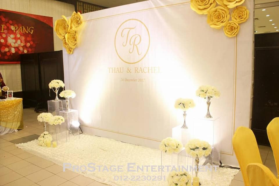 White wallpaper with yellow roses at sides and bouquet stands cont.