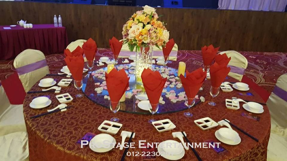 Groom and Bride table with flower vase and petal centrepiece