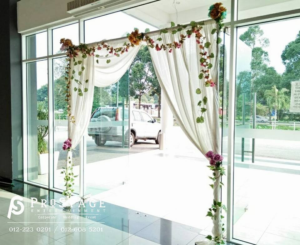 Beautiful D.I.Y Flower Arch at entrance