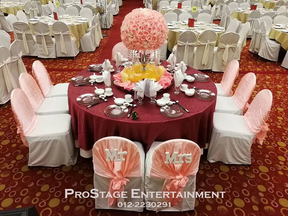Grrom and bride table with pink rose bouquet