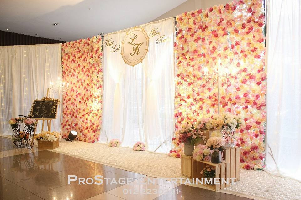 Photobooth with accessories ( eg, Mini blackboard, Bicycle, D.I.Y woodcrates with flower bouquets