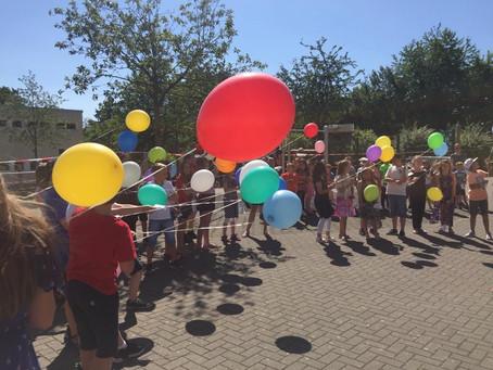 Abschied und Ferienstart mit bunten Ballons, Eiswagen und Europa-Lied