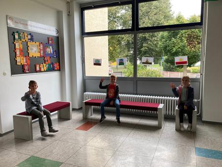 Neue Sitzbänke für den Wartebereich