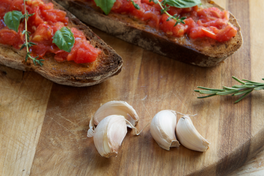 Garlic-bruschetta-oliveoilsource-sept-buzz