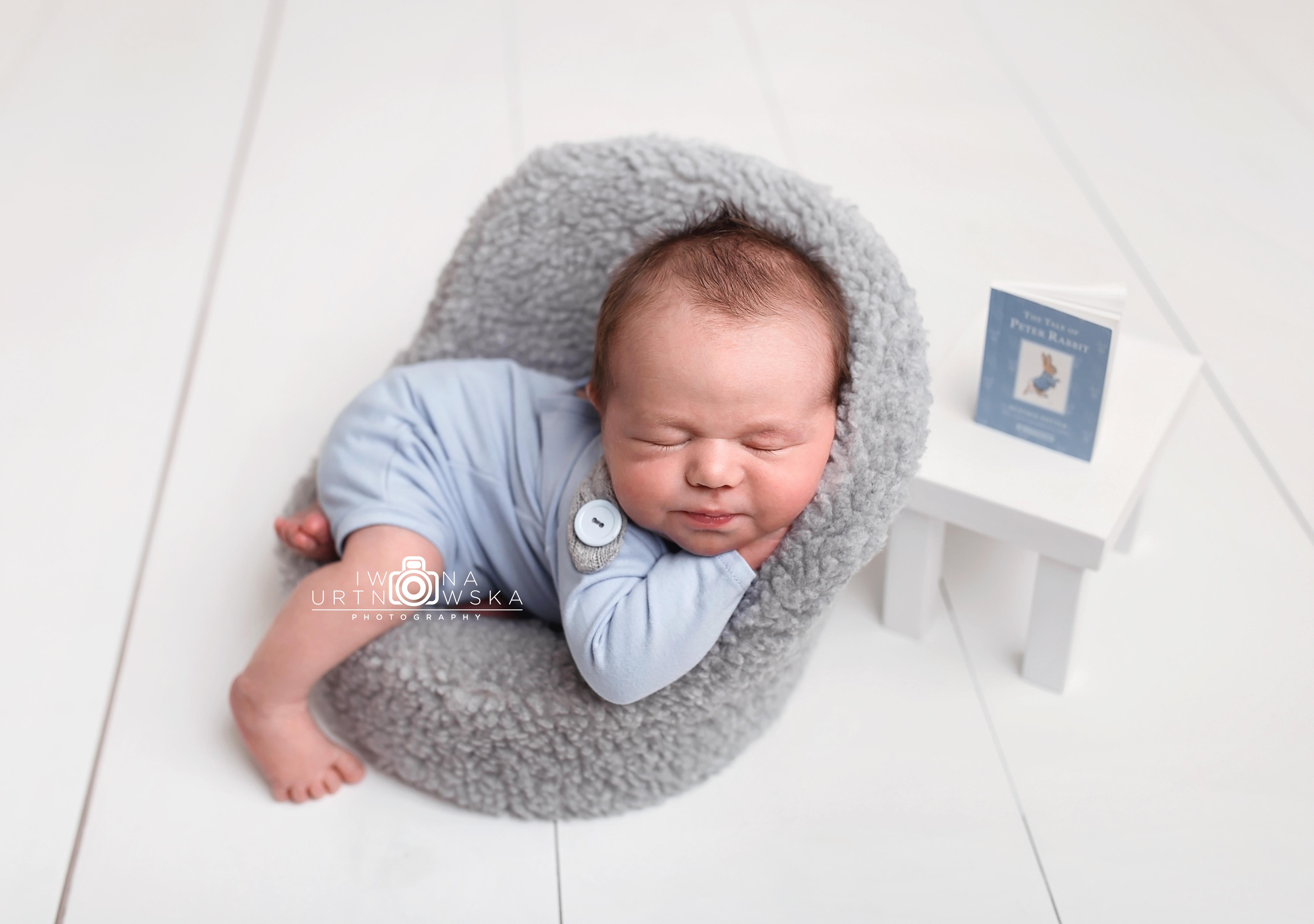 posing newborns
