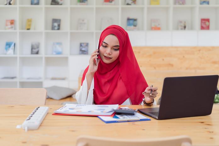 joven-mujer-musulmana-contable-hijab-roj