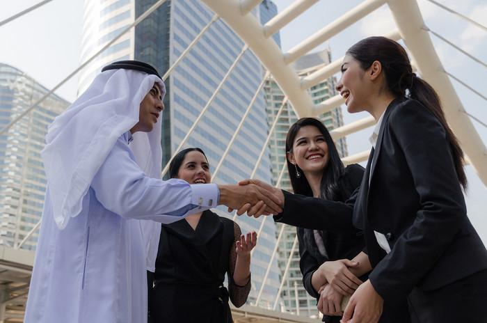 grupo-empresarios-arabes-apreton-manos-d