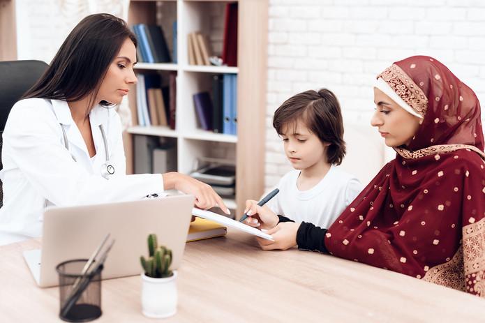 mujer-firma-documentos-hospital.jpg
