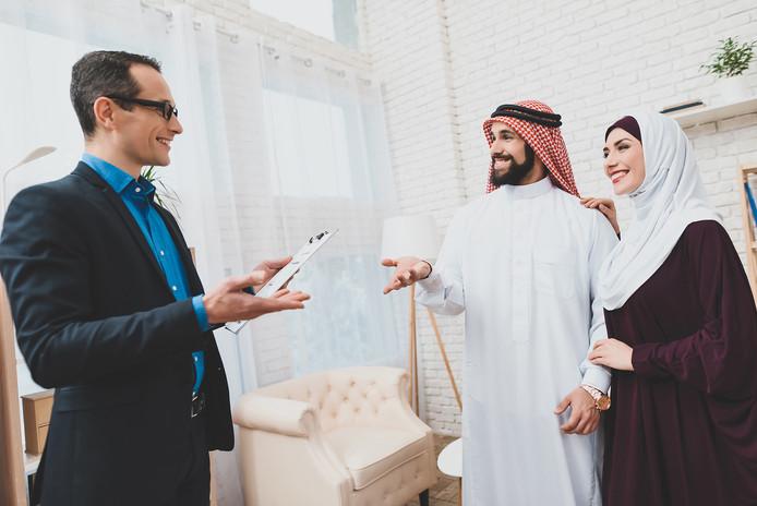familia-arabe-gerente-bienes-raices-homb