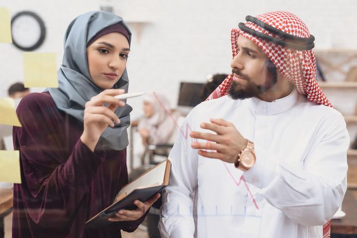 hombre-arabe-empresaria-crear-diagrama-g