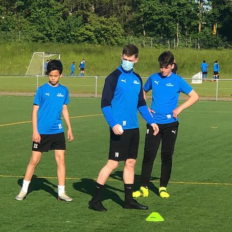 Eis-Spieler trainieren Juniorenteams