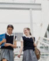 Chicas en uniforme escolar