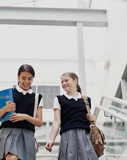 Filles en uniforme scolaire