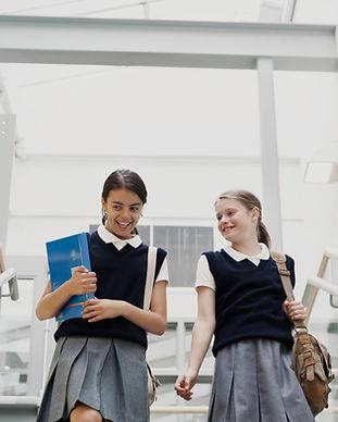 Ragazze in uniforme scolastica